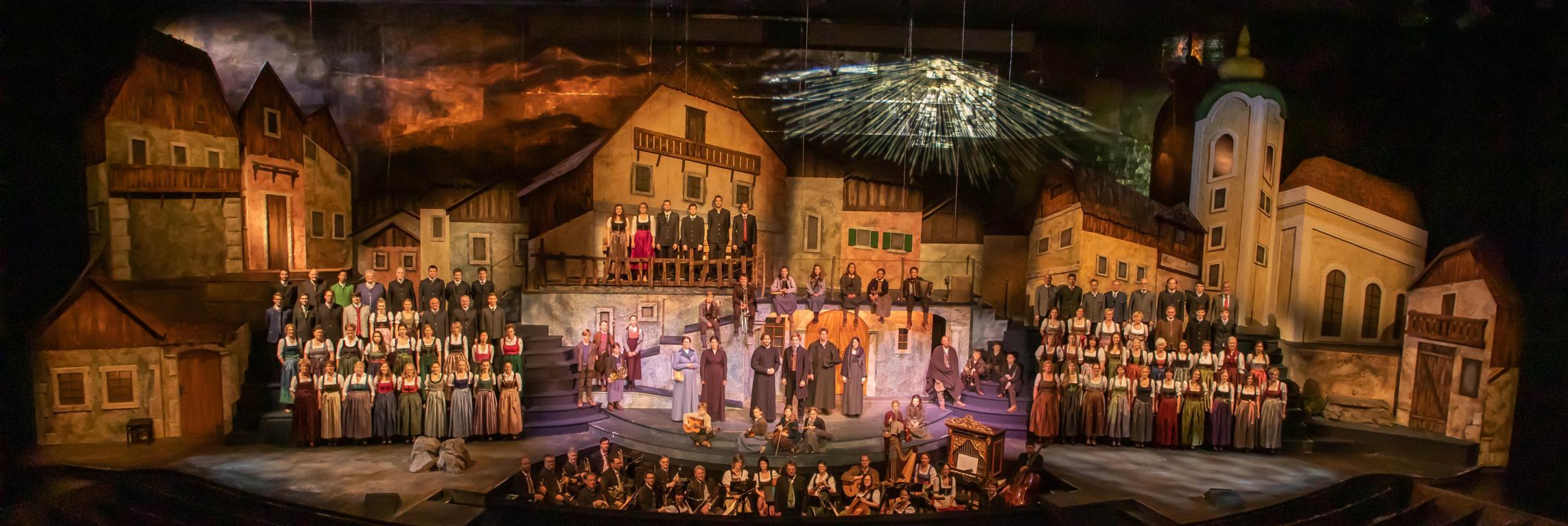 Salzburger Adventsingen im Großen Festspielhaus mit der historischen Kulisse von Oberdorf (2)
